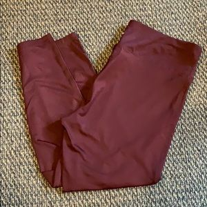 Women's athletic maroon cropped leggings